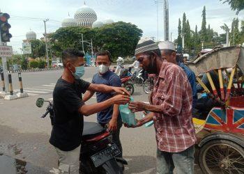 GBFM Bagi nasi kotak kepada pengemis di Lhokseumawe Foto: Istimewa